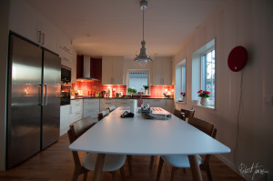Kitchen with the new dinner table with six chairs in oak and white leather